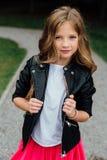 Desfiladero que camina de la muchacha caucásica hermosa feliz joven que muestra la ropa de moda El engañar alrededor Foto de archivo libre de regalías