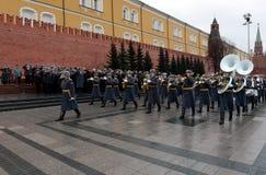 Desfilan a una banda de metales militar en el jardín de Alexander después de poner las flores en la tumba del soldado desconocido Imagen de archivo