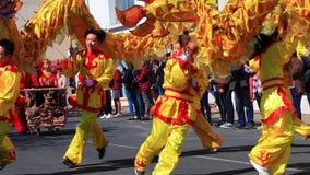 Desfile asiático en el carnaval de Limoux en Aude, Francia almacen de metraje de vídeo