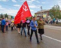 Desfile com as bandeiras vermelhas no dia da vitória com a participação dos alunos e dos pais Fotos de Stock Royalty Free