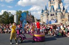 Desfile de Disney delante del castillo de Cinderella Foto de archivo libre de regalías
