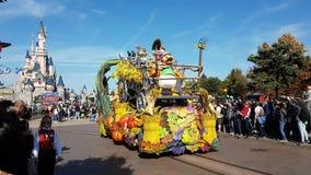 Desfile de Disney Halloween con los caracteres de Disney en Disneyland Paris almacen de video