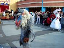 Desfile de Disneyland París con Mary Poppins y el mono fotos de archivo