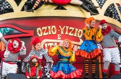 Desfile de la abertura de Viareggio de la 145a edición del carnaval en Viareggio, Italia imagen de archivo