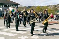 Desfile de la orquesta de la mujer con los instrumentos Imagen de archivo libre de regalías