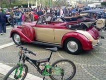Desfile de los coches del vintage Imagenes de archivo