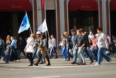 Desfile de los estudiantes en Moscú Marcha de los estudiantes con las banderas Foto de archivo