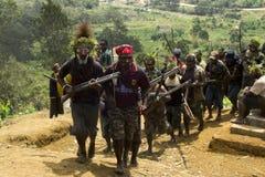 Desfile de los guerreros en la tribu de Papúa Nueva Guinea Huli Imagen de archivo libre de regalías
