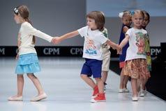 Desfile de moda Cabritos en el podium Imágenes de archivo libres de regalías