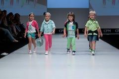 Desfile de moda Cabritos en el podium Fotografía de archivo libre de regalías