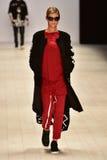 Desfile de moda de color rojo oscuro Foto de archivo libre de regalías