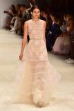 Desfile de moda de Oscar de la Renta imagens de stock