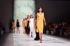Desfile de moda de Rebecca Vallance Imagen de archivo libre de regalías
