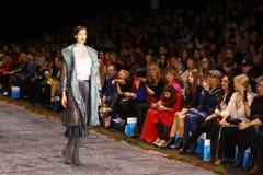Desfile de moda del abrigo de pieles imagen de archivo libre de regalías