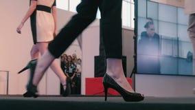 Desfile de moda El primer de los modelos de las piernas almacen de video