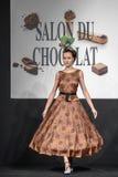 Desfile de moda en la prolongación del andén durante el salón du chocolat de la exposición Foto de archivo libre de regalías