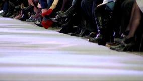 Desfile de moda en la prolongación del andén, paseo en la prolongación del andén metrajes