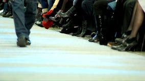 Desfile de moda en la prolongación del andén, paseo en la prolongación del andén almacen de metraje de vídeo