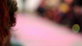 Desfile de moda en la prolongación del andén, paseo en la prolongación del andén