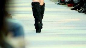 Desfile de moda en la prolongación del andén, paseo en la prolongación del andén almacen de video