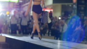 Desfile de moda, modelos 'sexy' na mostra do roupa de banho na passarela, apresentação do roupa de banho no pódio da forma, vídeos de arquivo
