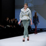Desfile de moda Mujer en el podio Fotografía de archivo