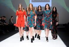Desfile de moda Mujer en el podio Fotografía de archivo libre de regalías