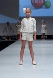 Desfile de moda Niños, muchacha en el podio Fotos de archivo libres de regalías