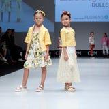 Desfile de moda Niños, muchacha en el podio Imagen de archivo