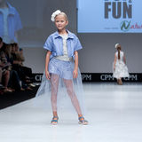 Desfile de moda Niños, muchacha en el podio Fotos de archivo