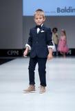 Desfile de moda Niños, muchacho en el podio Fotos de archivo
