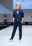 Desfile de moda Niños, muchacho en el podio Imagen de archivo
