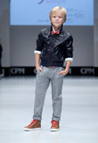 Desfile de moda Niños, muchacho en el podio Fotos de archivo libres de regalías