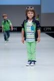 Desfile de moda Niños, muchacho en el podio Foto de archivo libre de regalías