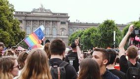 Desfile de orgullo gay anual con la calle Francia de la bandera del baile de la muchedumbre que agita almacen de metraje de vídeo