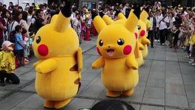 Desfile de Pikachu en el festival de Yokohama Pokemon, Japón almacen de metraje de vídeo