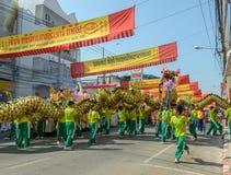 Desfile de un dragón chino Imágenes de archivo libres de regalías