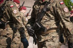 Desfile del ejército - los soldados armados en uniforme militar del camuflaje están marchando Imagen de archivo libre de regalías