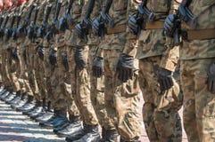 Desfile del ejército - soldados armados en uniforme militar del camuflaje Fotografía de archivo
