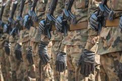 Desfile del ejército - soldados armados en uniforme militar del camuflaje Foto de archivo libre de regalías