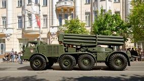 Desfile del equipo militar en honor de Victory Day Calle de Bolshaya Sadovaya, Rostov-On-Don, Rusia 9 de mayo de 2013 Fotos de archivo libres de regalías