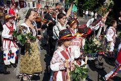 Desfile del festival letón de la canción y de la danza de la juventud imagenes de archivo