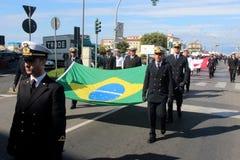 Desfile del MORENO de marinas de guerra extranjeras. Banderas del Brasil Foto de archivo libre de regalías