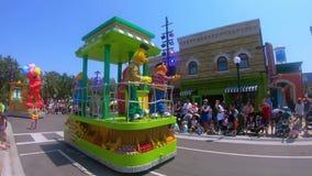Desfile del partido del Sesame Street en Seaworld en área internacional de la impulsión almacen de video