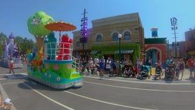 Desfile del partido del Sesame Street en Seaworld en área internacional de la impulsión almacen de metraje de vídeo
