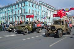 Desfile del transporte retro en Nevsky Prospekt Día de la victoria en St Petersburg imagenes de archivo
