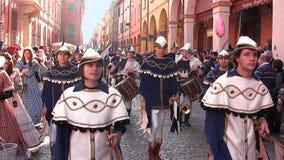 Desfile en el traje blanco y azul fotografía de archivo