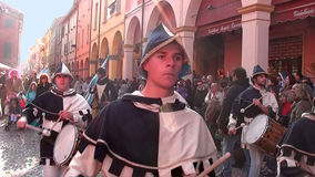 Desfile en el traje blanco y azul 2 Imagenes de archivo
