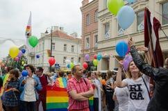 Desfile gay en centro de la calle Banderas alineadas miembro Imagen de archivo