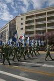Desfile griego del Día de la Independencia - indicadores del ejército Imagenes de archivo